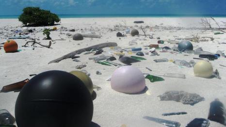 Plastikmüll am Strand mitten im Nordpazifik (Papahanaumokuakea Marine National Monument).